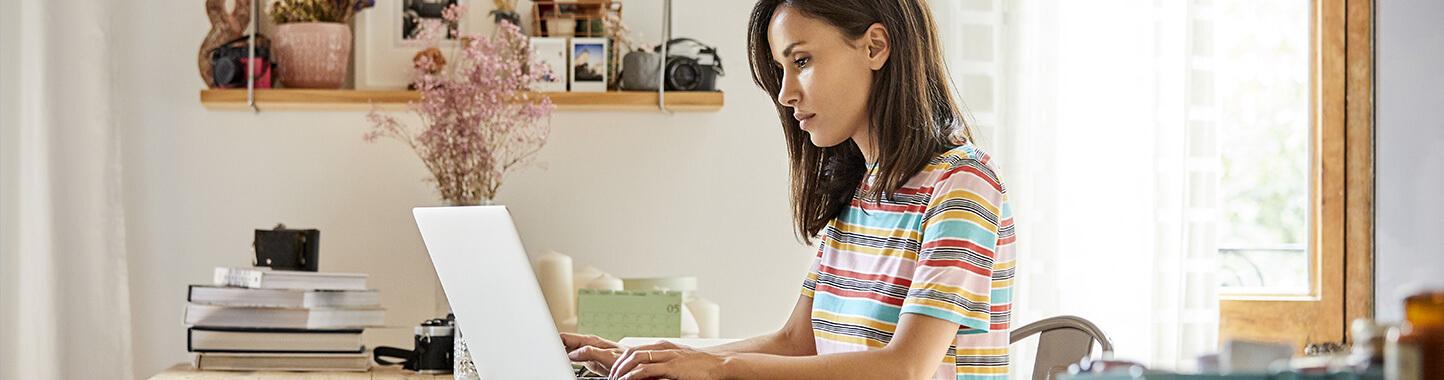 Femme travaille sur ordinateur