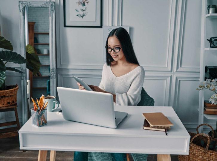 Femme travaille à son bureau