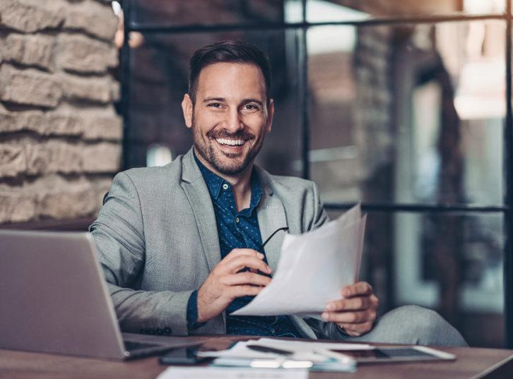 Homme qui sourit à son bureau