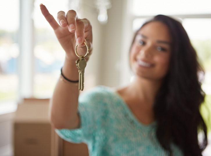 Femme qui tend des clés